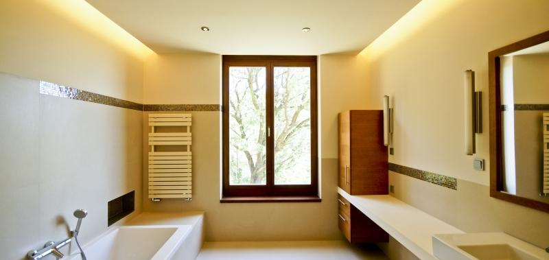 Modern stílusú fürdőszoba berendezés